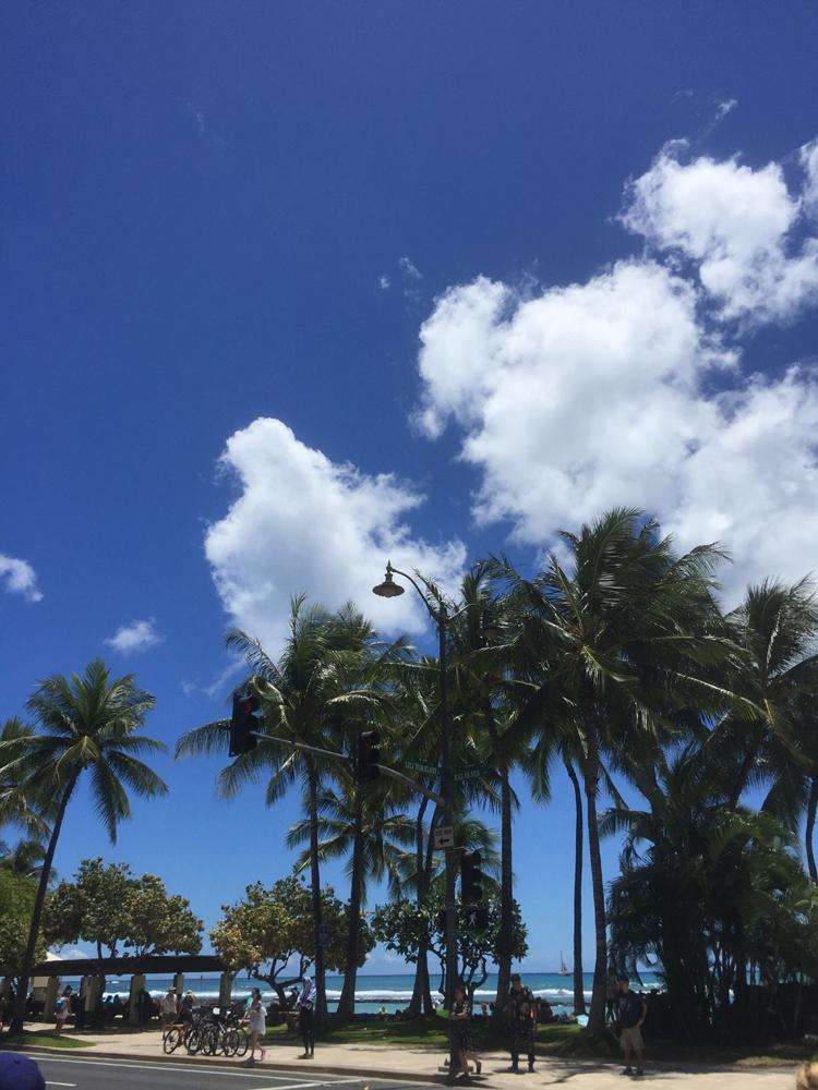 ワイキキビーチの濃い青空